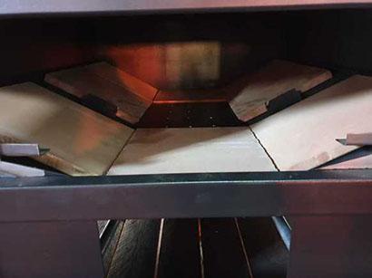 mattoni refrattari nella camera di combustione del forno a legna